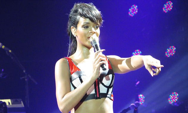 Rihanna Arrives Late Again, Unhappy Fans Still Chose to Stay: Video