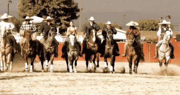 Los-Cowboys-screen-shot-horses-group-Ivette-front