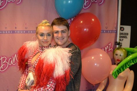 Fan Gets Very Handsy With Miley Cyrus For $900 2