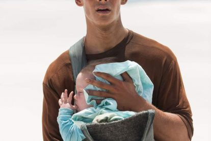 The Giver Star Brenton Thwaites Surprises Hispanic Family With Life-Changing Gift 4